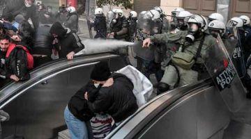 HALAU: Polis melepaskan gas pemedih mata untuk meleraikan protes di Athens pada Jumaat lepas. — Gambar AFP
