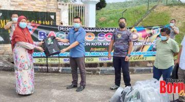 UNTUK PELAJAR: Abu Bakar yang mewakili Dato' Sri Bung Moktar Radin menyampaikan beg sekolah kepada pihak sekolah.