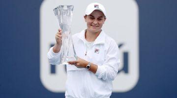 UNGGUL: Barty menunjukkan trofi yang dimenanginya selepas menundukkan Andreescu pada final Terbuka Miami. — Gambar AFP