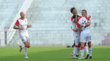 Lee bersama pemain Sarawak United meraikan gol pasukannya ketika bertemu Kelantan FC di Stadium Muhammad IV, Kota Bharu.