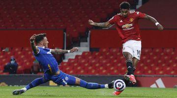 BOLOS: Rashford (kanan) menjaringkan gol pada perlawanan Liga Perdana Inggeris di antara Manchester United dan Brighton and Hove Albion di Old Trafford di Manchester, kelmarin. — Gambar AFP