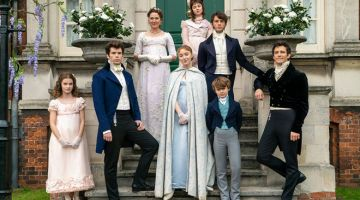 BRIDGERTON: Musim pertama menyaksikan Daphne, lakonan Phoebe Dynevor (tengah) membuat penampilan sulung di Regency London, mencari seorang suami, dan musim kedua akan fokus kepada abangnya Lord Anthony  (kanan) yang dilakonkan oleh Jonathan Bailey.