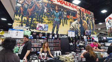 TAMATNYA MUSIM 10 YANG PANJANG: Gambar fail yang diambil pada 24 Julai 2014 ini menunjukkan gerai jualan untuk pertunjukan televisyen 'The Walking Dead' semasa hari pertama acara tahunan ke-45 Comic-Con di San Diego, California. Musim kesepuluh 'The Walking Dead' yang tertunda ekoran pandemik akhirnya sampai ke pengakhiran pada 4 April lepas, selepas 19 bulan tertangguh sejak tayangan perdana dan membuatkan rancangan apokalips zombi itu lebih perlahan, kata bintangnya. — Gambar AFP
