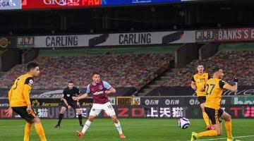 LEDAK: Pablo (tengah) menjaringkan gol kedua buat pasukannya pada perlawanan Liga Perdana Inggeris di antara  Wolverhampton Wanderers dan West Ham United di stadium Molineux di Wolverhampton, kelmarin. — Gambar AFP