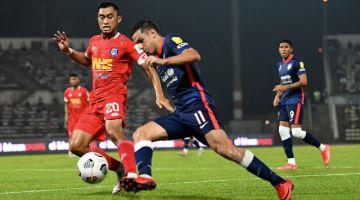 Pemain Johor Darul Ta'zim Gonzalo Cabrera (depan, kanan) cuba melepasi pemain pertahanan Sabah FC Ricco Milus dalam saingan Liga Super di Stadium Likas di sini malam tadi. - Gambar Bernama