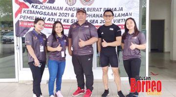 MEMBANGGAKAN: Atlet angkat berat Sabah yang bertanding di Melaka bersama jurulatih angkat berat pelapis kebangsaan, Nicholas Wong (tengah) yang juga bekas atlet Sabah.