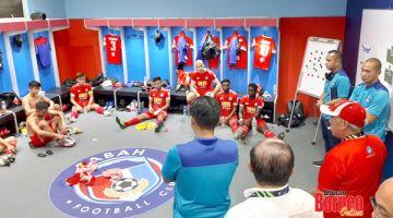 SEMANGAT: Bung Moktar (bertopi) memberi kata-kata perangsang kepada anggota skuad Sabah FC di bilik persalinan pemain di Stadium Likas, malam semalam.