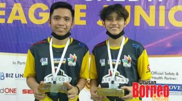 JUARA: Aguwell (kiri) dan Carlester bersama hadiah juara Beregu Lalaki Bawah 15 Tahun Kejohanan AEON Cerdit Purple Leauge Junior 2020.
