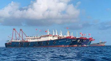 DIPANTAU: Gambar diambil pada 31 Mac lalu oleh pihak berkuasa Filipina menunjukkan kapal China di Terumbu Whitsun, 320 kilometer barat Pulau Palawan di Laut China Selatan. — Gambar AFP