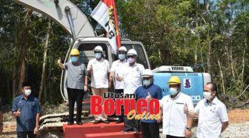 BEJADI: Uggah enggau Razi sereta bala bukai maya pengerami nasih tanah projek Lumba enggau Main Debak.