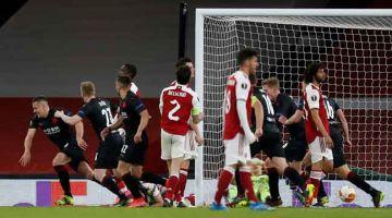 GEGAR GAWANG: Sebahagian daripada babak-babak aksi perlawanan suku akhir pertama Liga Europa di antara Arsenal dan Slavia Prague di Stadium Emirates di London. — Gambar AFP