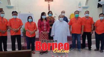 RUMAH SEMBIANG: Paulus (tujuh kiba), Mary (lima kiba) begulai enggau bala bukai lebuh program nyuaka kunchi Chapel Of Mary, Bukid Gudang kemari.