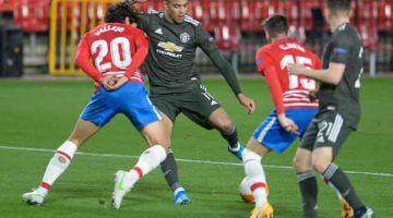 RANCAK: Sebahagian daripada babak-babak aksi perlawanan suku akhir pertama Liga Europa di antara Granada dan Manchester United di Stadium Nuevo Los Carmenes di Granada. — Gambar AFP