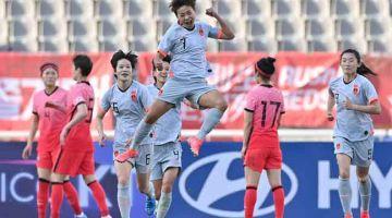 BERSEMANGAT: Pemain China, Wang Shuang (tengah) meraikan gol jaringannya pada perlawanan kelayakan pertama Olimpik Tokyo 2020 menentang Korea Selatan di Goyang. — Gambar AFP