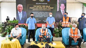 SIDANG MEDIA: Bung (kanan) dan Limus (kiri) mengiring Fadillah dalam sidang media.