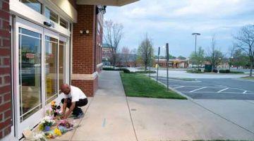MEMORIAL: Seorang lelaki menyusun barang di memorial di luar 'Riverview Family Medicine and  Urgent Care' selepas kejadian tembakan yang meragut lima nyawa di Carolina Selatan. — Gambar AFP