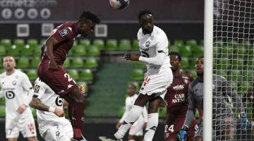 RANCAK: Sebahagian daripada babak aksi perlawanan Ligue 1 di antara Metz dan Lille di Stadium Saint Symphorien. — Gambar AFP