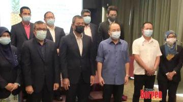 KUNJUNGAN HORMAT: Sahruddin bersama Mohd Khairuzamri, Mohd Anim bergambar bersama Hajiji diiringi Samad.