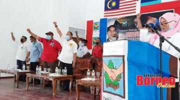 SEMANGAT: Jahid (depan kanan) bersama pemimpin PBS dan tetamu jemputan lain bersemangat melaungkan slogan keramat PBS.