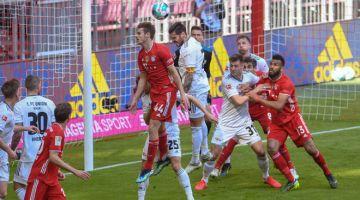 BERTEMBUNG DI UDARA: Sebahagian daripada babak aksi perlawanan Bundesliga di antara Bayern dan Union di Munich. — Gambar AFP