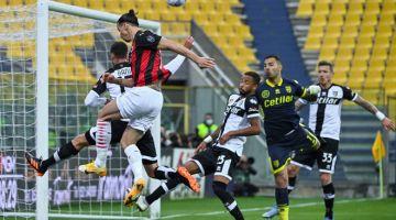 TENTANGAN LASAK: Aksi perlawanan Serie A Itali di antara Parma dan AC Milan yang berlangsung di Stadium Ennio-Tardini di Parma. — Gambar AFP