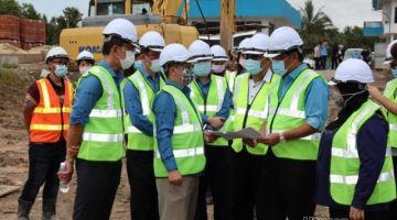Dr Abdul Rahman (dua kanan) ketika mengadakan lawatan kerja  ke salah satu tapak projek bekalan air Bahagian Samarahan hari ini.