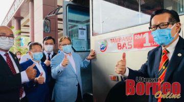 Abang Johari (tiga kiri) bersama Lee (kanan) Dr Sim (dua kiri) dan Yii menunjukkan tanda bagus selepas melekatkan pelekat Bas Pintar di salah sebuah bas awam sempena pelancaran Bandar raya Pintar Miri hari ini.