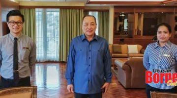 VAKSIN: Hajiji bergambar bersama Chan (kiri) dan Pengurus F&B Sabah Hotel Suemiati Sibu (kanan).