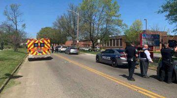 KAWAL: Gambar serahan Jabatan Polis Knoxville kelmarin menunjukkan anggota polis berkawal di luar Austin-East Magnet High School di Knoxville, Tennessee selepas kejadian tembakan yang menyebabkan seorang terbunuh. — Gambar AFP