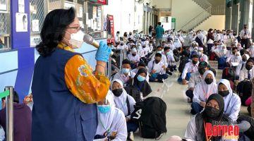 NASIHAT: Heni Hamidah memberikan nasihat dan kata semangat kepada semua pelajar.