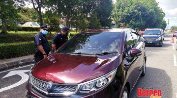 PERIKSA: Polis menjalankan pemeriksaan setiap kenderaan yang keluar masuk di kawasan PKPD Bandar Sri Indah.