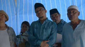 PENAMPILAN ISTIMEWA: Ustaz Kazim (tengah) turut membintangi filem '18 Puasa Di Kampong Pisang' yang kini ditayangkan di Astro First sebagai pelakon jemputan.
