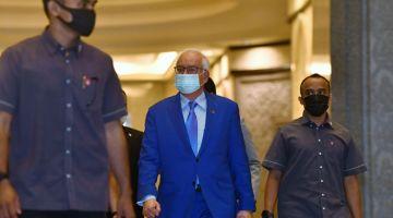 DIBICARAKAN: Najib (tengah) tiba di Mahkamah Rayuan semalam bagi pendengaran rayuannya terhadap sabitan salah dan hukuman penjara 12 tahun serta denda RM210 juta atas penyelewengan dana SRC International berjumlah RM42 juta. — Gambar Bernama