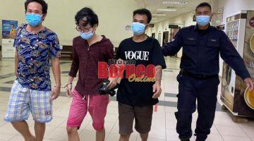 Suyanto (kiri) bersama Liyu (dua kiri) semasa berada di lobi Mahkamah Kuching.
