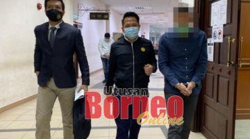 Suspek berusia 46 tahun (kanan) semasa berada di lobi Mahkamah Kuching.