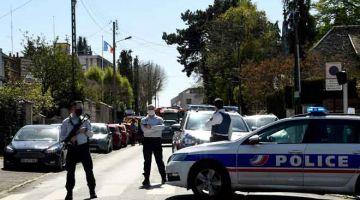 KAWAL: Anggota polis kelihatan berkawal berdekatan balai polis di Rambouillet, barat daya Paris kelmarin selepas seorang wanita ditikam mati. — Gambar AFP