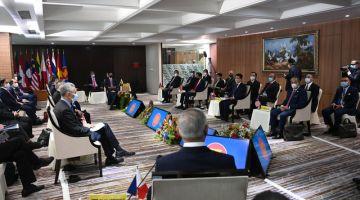 Muhyiddin hadir pada pertemuan Khas Pemimpin-pemimpinASEANberhubung krisis di Myanmar, dipengerusikan Sultan Brunei Sultan Hassanal Bolkiah di SekretariatASEANhari ini. Turut hadir, Menteri Luar Malaysia Datuk Seri Hishammuddin Tun Hussein (belakang, dua, kanan). - Gambar Bernama