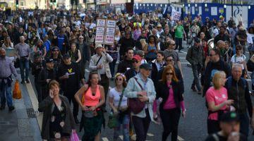 LANTANG: Penunjuk perasaan membawa sepanduk menyuarakan bantahan terhadap sekatan COVID-19 termasuk pasport vaksin yang dicadangkan semasa menyertai protes 'Bersatu untuk Kebebasan' di tengah London, kelmarin. — Gambar AFP