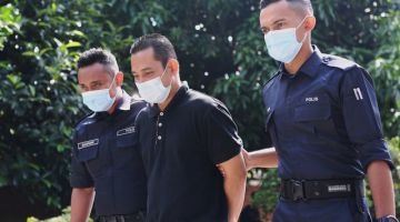 Tertuduh (tengah) dihukum penjara sehari dan denda RM8,000 oleh Mahkamah Sesyen Temerloh hari ini. - Gambar Bernama
