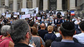 BANTAH: Penunjuk perasaan protes di hadapan mahkamah di Lyon, selatan-tengah Perancis bagi membantah keputusan Mahkamah Agung Perancis untuk tidak mendakwa Traore. — Gambar AFP