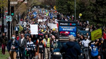 MENGECEWAKAN: Penunjuk perasaan berarak membantah sekatan terbaharu COVID-19 di Montreal, kelmarin. — Gambar AFP