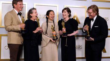 FILEM TERBAIK OSCAR 2012: (Dari kiri) Pengeluar Peter Spears, Frances McDormand, Chloe Zhao, Mollye Asher dan Dan Janvey, pemenang filem terbaik untuk 'Nomadland' bergambar di bilik media semasa majlis anugerah Oscar baru-baru ini.  — Gambar AFP