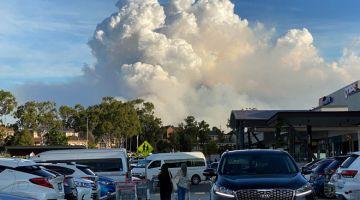 AMAT BAHAYA: Gambar yang dirakam kelmarin menunjukkan asap tebal memenuhi ruang udara ketika kebakaran hutan marak di Sydney. — Gambar AFP