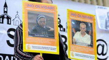 PROTES: Gambar fail 25 November, 2019 menunjukkan seorang wanita memegang gambar rahib yang dituduh mencabul kanak-kanak semasa tunjuk perasaan di luar mahkamah                  di Mendoza, Argentina. — Gambar AFP