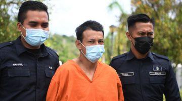 Mohd Fairul (tengah) didakwa di Mahkamah Majistret Maran di sini hari ini atas tuduhan membunuh ibu kandungnya di Kampung Pesagi, Chenor, Khamis lalu.- Gambar Bernama