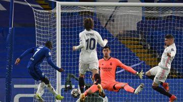 HANGAT: Sebahagian daripada babak-babak aksi perlawanan separuh akhir Liga Juara-Juara pusingan kedua di antara Chelsea dan Real Madrid di Stamford Bridge di London. — Gambar AFP