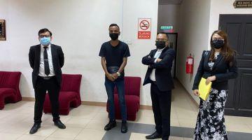 (dari kiri) Christopher, tertuduh, Abdul Rahman dan pelatih dalam kamar Nur Azureen Zainudin.
