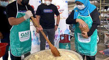 SEDIAKAN:Fairuz (kiri) bersama Nor'ain menyediakan Bubur Lambuk dalam program 'Jelajah Ramadan RTM Sabah 2021'.