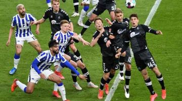 AKSI SEBENAR: Sebahagian daripada babak-babak aksi perlawanan Bundesliga Jerman di antara Hertha Berlin dan Freiburg di Berlin. — Gambar AFP