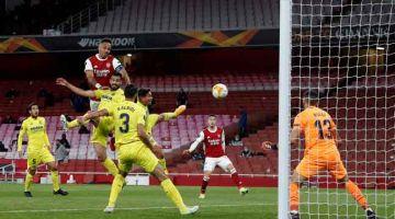 RANCAK: Sebahagian daripada babak-babak aksi perlawanan separuh akhir pusingan kedua Liga Europa di antara Arsenal dan Villareal di Stadium Emirates di London. — Gambar AFP
